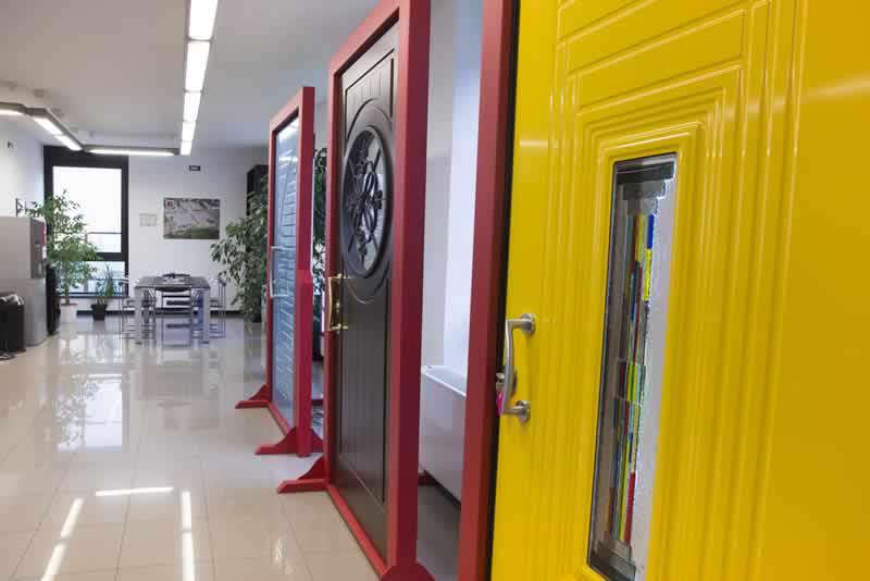 copri cerniere porte blindate L'invisibile è l'innovativo sistema per porte e chiusure a totale filo muro che elimina stipiti, copri fili, cornici e cerniere a vista, garantendo continuità assoluta tra muro e porta.